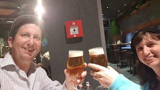 שותים בירה צוננת וטעימה