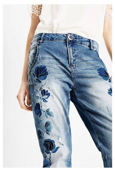 Desigual, jeansy boyfriendy z haftem w kwiaty, nowa kolekcja na lato 2017, hiszpańska marka, blog modowy