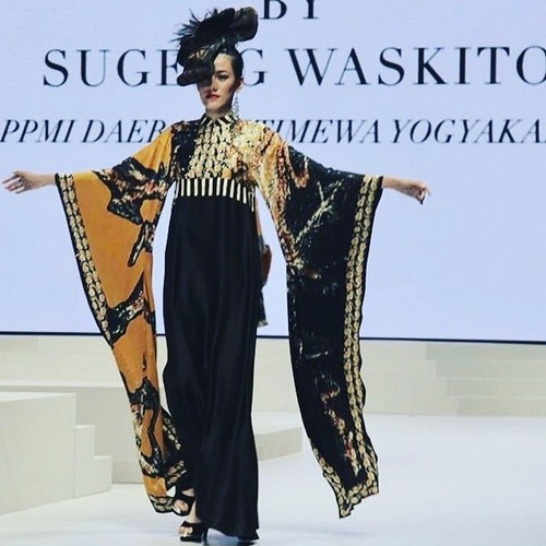 Tinuku.com Sugeng Waskito presenting abstract patterns of Gee Batik collection in Indonesia Fashion Week (IFW) 2017