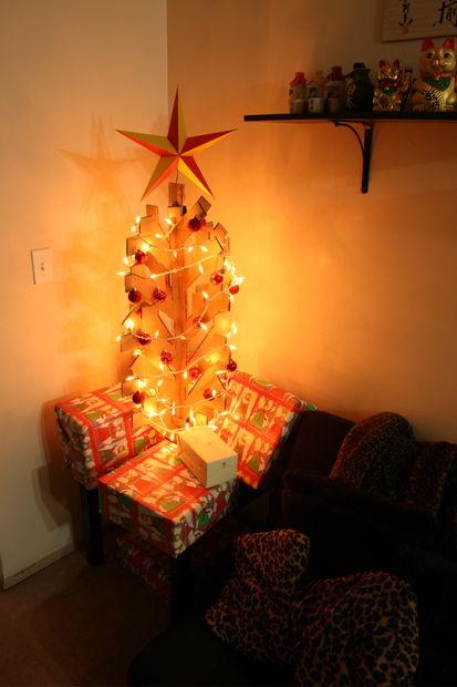 Membuat Pohon Natal dari Kardus Bekas