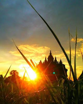 foto indah sunset di candi plaosan