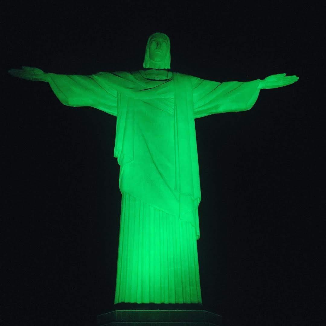 Cristo redentor iluminado de verde. Foto: CREF1