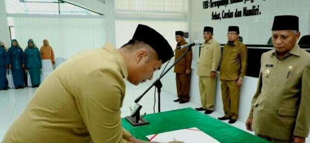 Wakil Bupati Asahan Surya saat melantik pejabat eselon di Pemkab Asahan.