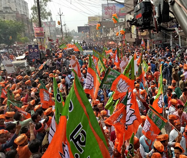 4 Modi tere naam Banaras: Modis roadshow in Varanasi draws huge crowd