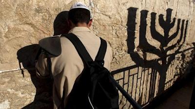 """Esta bendición pertenece a la primera sección de la Amida: Alabanza. """"Nuestra primera oración a Dios, antes de pedir cualquier cosa, es alabarle por proteger al pueblo judío."""