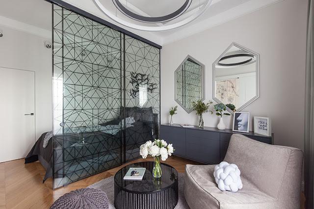 Detalii grafice și panou de sticlă între living și dormitor într-un apartament de 48 m²
