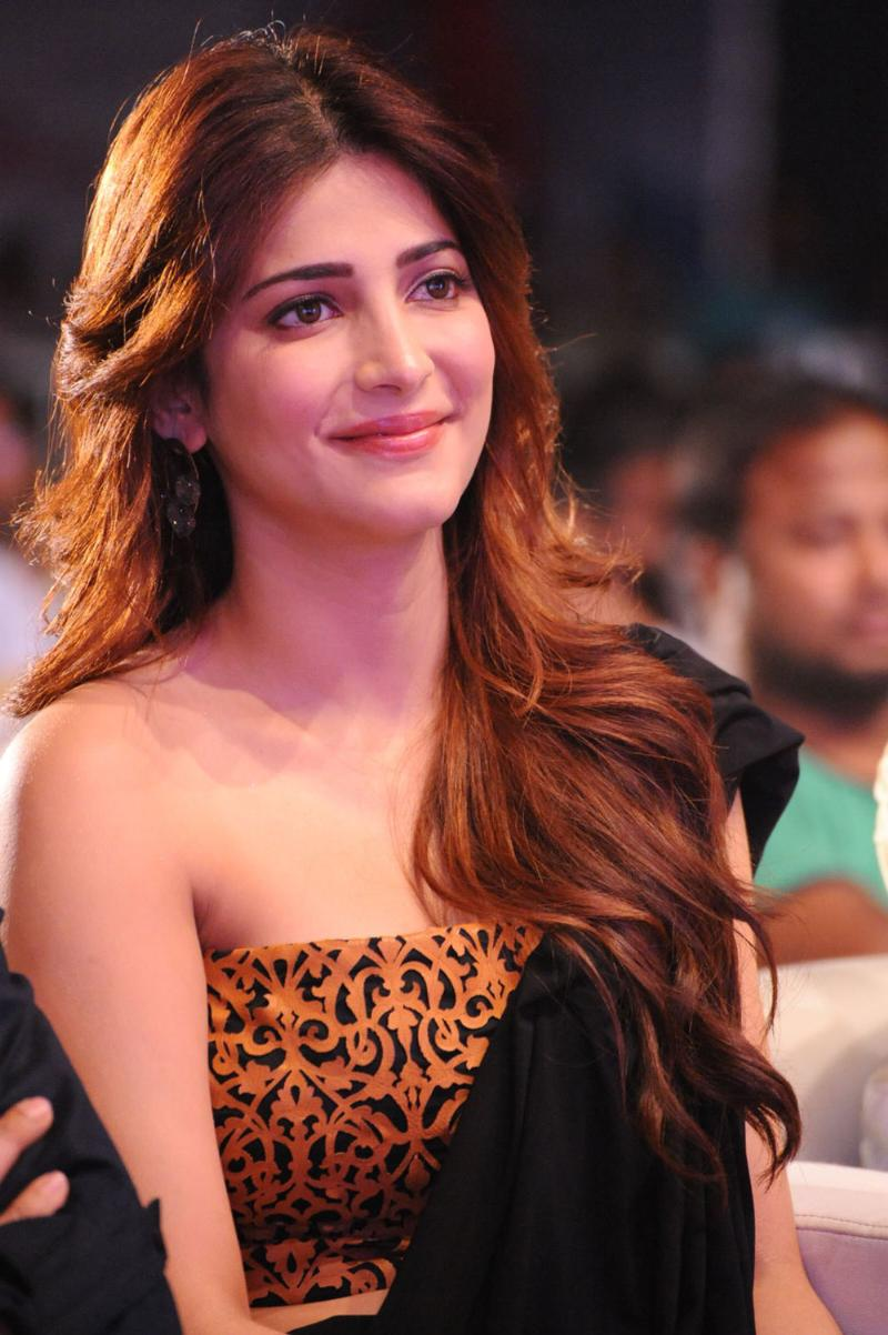 Shruti Hassan beautiful smile, Shruti Hassan in sexy saree