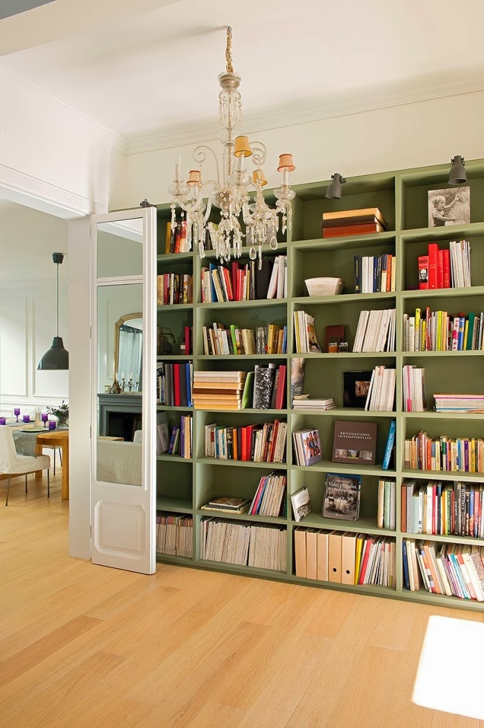 Ciepły, słoneczny domek w skandynawskim stylu, wystrój wnętrz, wnętrza, urządzanie domu, dekoracje wnętrz, aranżacja wnętrz, inspiracje wnętrz,interior design , dom i wnętrze, aranżacja mieszkania, modne wnętrza, styl skandynawski, scandinavian style, białe wnętrza, biel, salon, biblioteczka, regał na książki