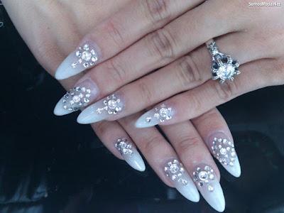 Uñas decoradas con piedras de cristal