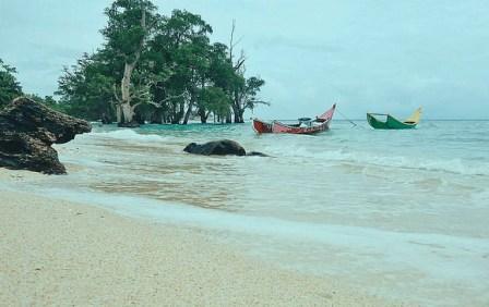 Tempat Wisata Terkenal Di Aceh Besar seperti Air Terjun Suhom, Peukan Biluy, Kuta Malaka , Pantai Ujong Batee, Lhok Me, Lhoknga, Waduk Keuliling, Pusat Latihan Gajah Saree,
