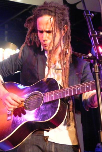 Foto de Vicente García tocando su guitarra