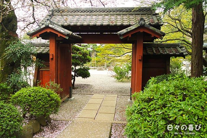porte accès cours principale et boutique gotoku ji