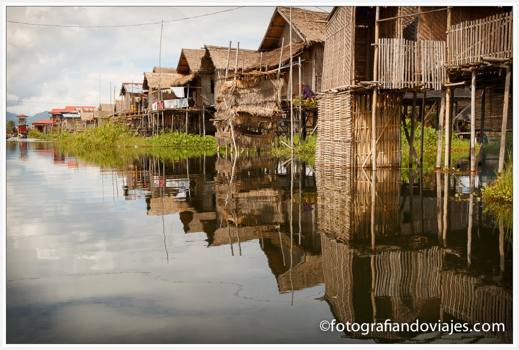 Casas flotantes en lago Inle, Myanmar