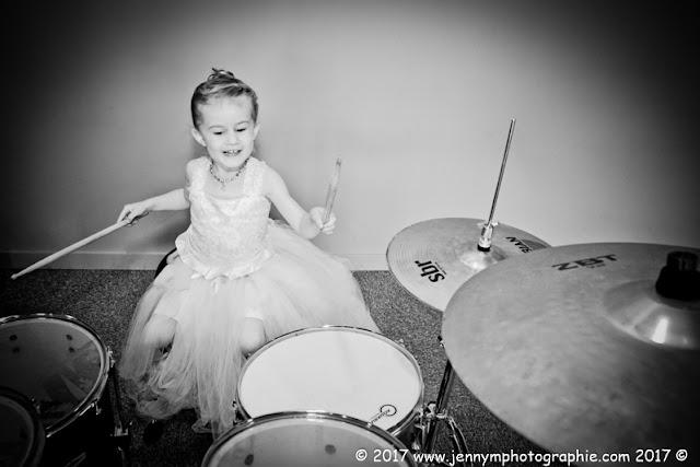 portrait petite fille qui joue de la batterie, photos mariage musique