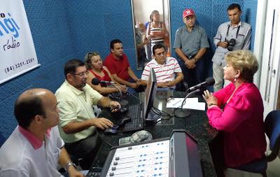 Resultado de imagem para fotos de vilma de faria sendo entrevistada na rádio potengi
