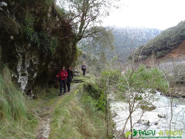 Ruta a la Pica de Peñamellera: Sendero encajonado por el Cares