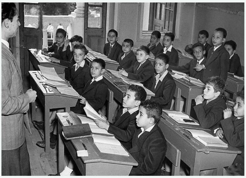فصل دراسي بإحدي مدارس الاسكندرية في ثلاثينات القرن الماضي !! كان زمان فى تربية وتعليم والمدرس يحترمه الجميع شــــاهد