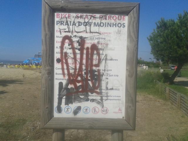 Placa vandalizada do Bike - Skate Parque da Praia dos Moinhos - Alcochete