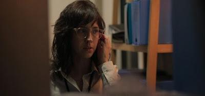 Camila Márdila em cena do folhetim de Manuelas Dias como a ambientalista Amanda: sentença de morte