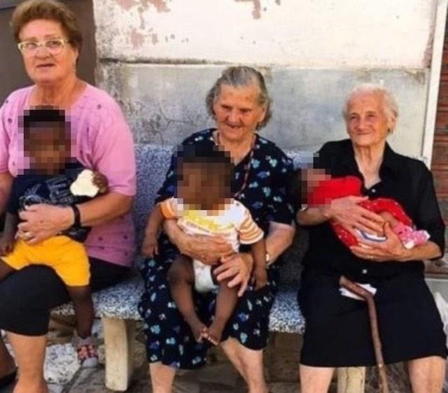 Heartwarming Photo Of Three Italian Grandmas Happily Holding Migrant Children On Their Laps