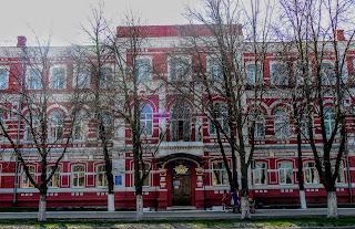 Вул. Гетьманська. Новомосковський коледж економіки і права