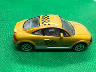 AUDI TT のおんぼろミニカーを側面から撮影