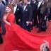 Viral: Πάτησαν το φόρεμα σε μοντέλο και έμεινε με το εσώρουχο (video)