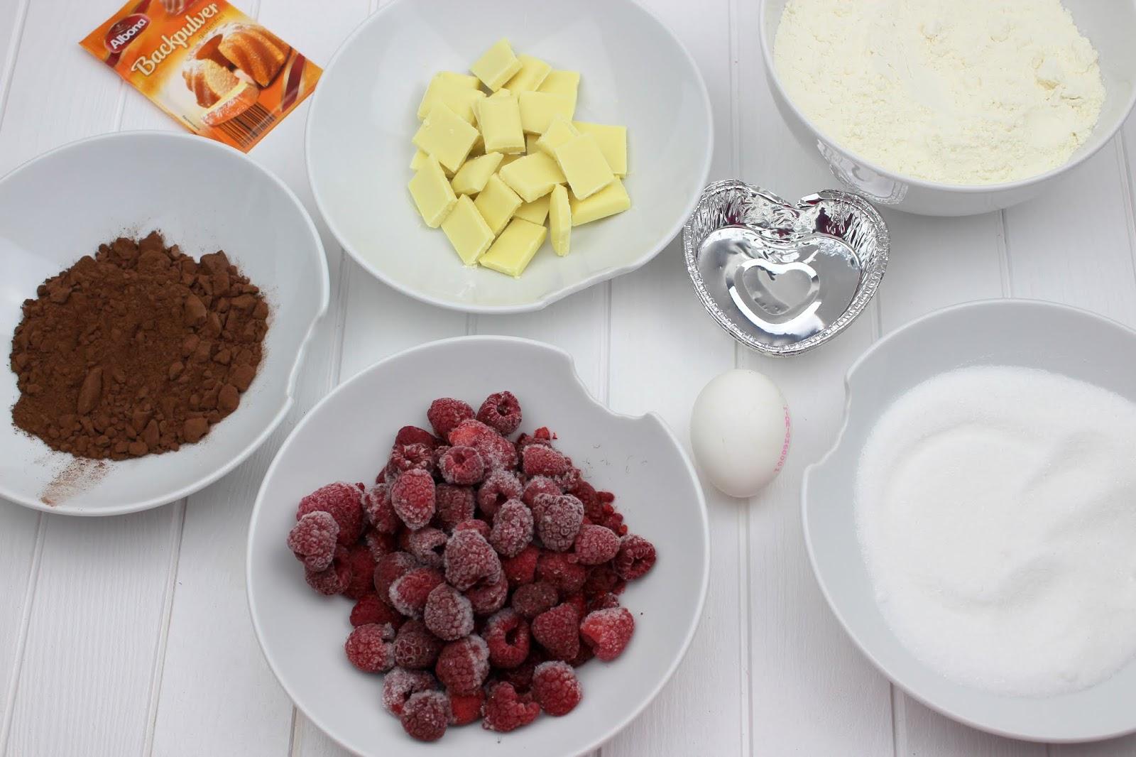 Rezept: Schokomuffin mit einem Topping aus Himbeeren und weißer Schokolade - perfekt für den Muttertag oder Valentinstag