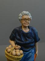 statuine ritratti nonni vecchietta con occhiali e cesto uova orme magiche