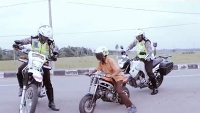 Sekali Buka Helm Bikin Melongo Usai Polisi Kejar Pemotor yang Melanggar