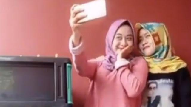 Live Cewek Berkerudung Ini Dikecam Netizen Lihat Bagian Bawahnya
