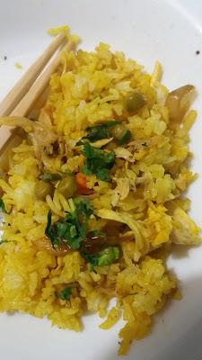 Riz sauté safrané;délicieux et rapide à préparer;un reste de poulet ou de viande,ou du jambon,une poignée de petits pois et curcuma pour le doré!