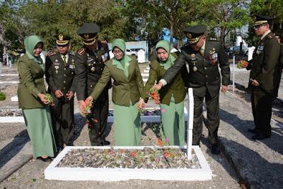 Peringati HUT TNI ke-73, Danrem 141/Tp dan Kasrem 141/Tp Kompak Ziarah Makam