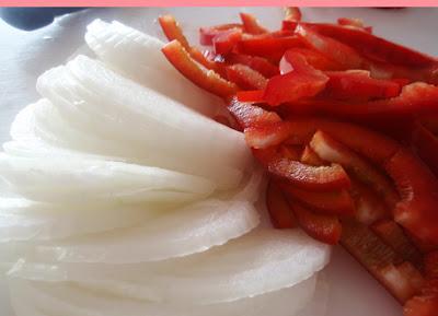 Juliana de cebolla y pimiento para la ensalada de bacalao