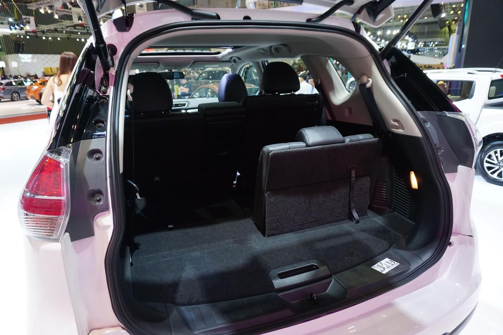 Xe có thêm hàng ghế thứ ba, nhưng thường sẽ được hạ phẳng để chứa đồ