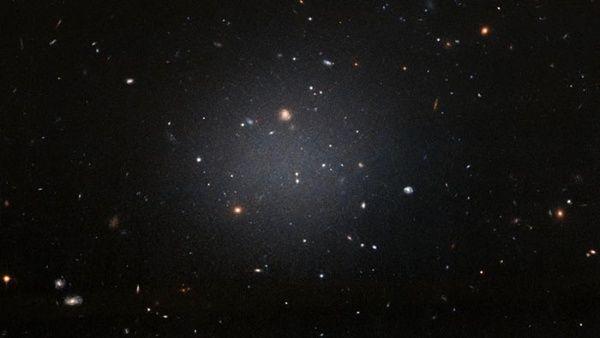 Descubren inusual galaxia carente de materia oscura