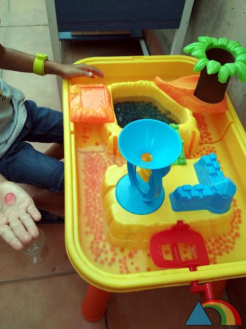 Mesa de agua llena de bolas de hidrogel