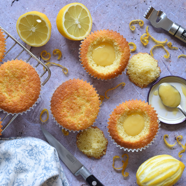 Cupcakes filled with lemon curd