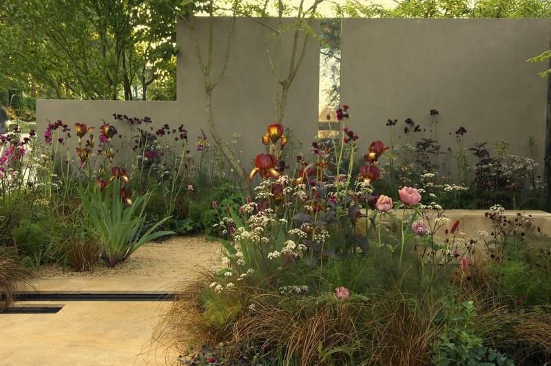 jardin de estilo naturalista con rosas y lilium