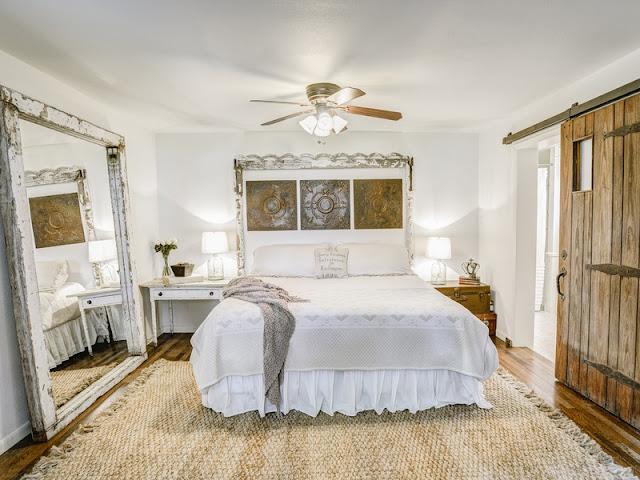 غرفة نوم بيضاء وباركيه بني مع مرآة أرضية