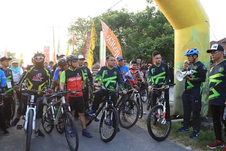 Wali Kota Binjai, M Idaham kayuh sepeda bersama ribuan anggota pegowes dari berbagai komunitas sepeda.