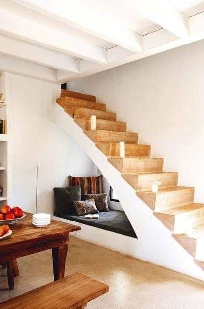 Rincón de lectura bajo hueco de escalera