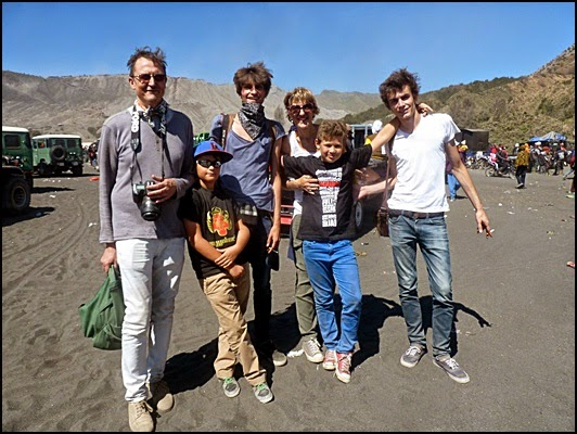 Turis Belanda yang puas bisa menyaksikan upacara kasada