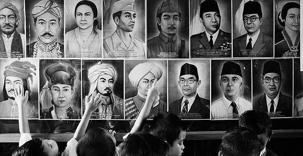 "Di Istana Negara, Jakarta, Kamis, (5/11/2015), Presiden Jokowi menganugerahkan gelar pahlawan nasional kepada 5 tokoh yang dianggap berjasa terhadap bangsa dan negara. Pemberian gelar tersebut sesuai dengan Keppres No 116/TK/Tahun 2015 tanggal 4 November 2015 (news.liputan6.com, 05/11)  Satu dari lima orang yang diberi gelar pahlawan nasional tahun ini adalah Ki Bagoes Hadikoesoemo. Beliau pernah menjadi anggota BPUPKI (Badan Penyidik Usaha-Usaha Persiapan Kemerdekaan Indonesia) dan PPKI (Panitia Persiapan Kemerdekaan Indonesia) tahun 1945. Kiprah beliau sangat kental dengan spirit penegakan Islam.  ""Kejahatan"" Terhadap Sejarah  Mayoritas pahlawan di negeri ini adalah muslim. Namun, kepahlawanan mereka, termasuk pengungkapan sejarah mereka, lebih sering disifati dengan sifat nasional, bukan dengan spirit Islam. Ini tentu merupakan ""kejahatan"" terhadap sejarah, yang berujung pada pengaburan peran Islam dalam sejarah bangsa dan negara ini.  Setidaknya ada tiga ""kejahatan"" terhadap sejarah itu. Pertama: Penguburan sejarah. Penggalan sejarah tidak diungkap atau jarang dimasukkan dalam kajian dan pembelajaran sejarah. Salah satu contohnyaResolusi jihad 22 Oktober 1945. Penetapan tanggal 10 November sebagai Hari Pahlawan adalah untuk mengenang peristiwa heroik yang terjadi di Surabaya pada tanggal 10 November 1945. Peristiwa heroik itu tak lepas dari adanya Resolusi jihad yang ditandatangani oleh Hadratus Syaikh KH Hasyim Asy'ari pada 22 Oktober 1945."