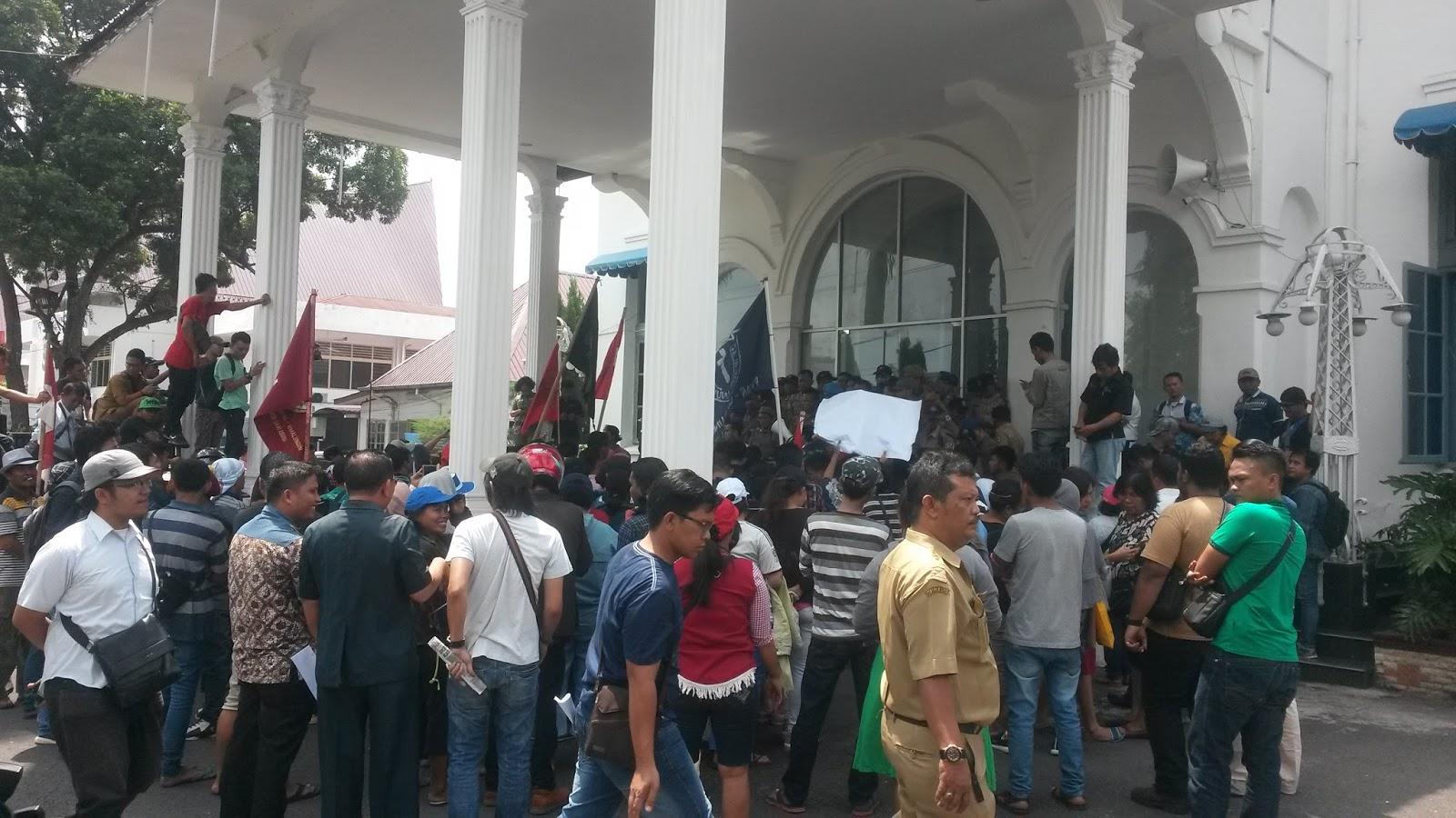 Aksi unjukrasa pedagang Pasar Horas di kantor Walikota Pematangsiantar.