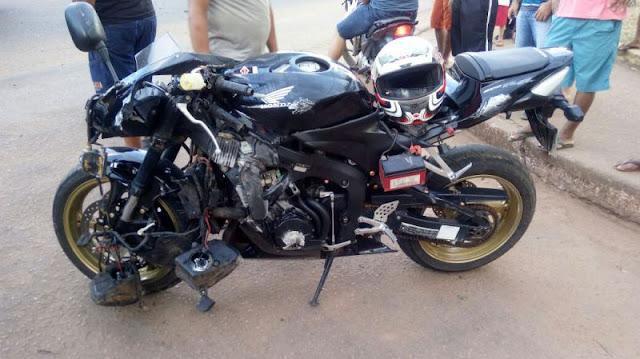 Motociclista fica gravemente ferido após colisão com caminhonete