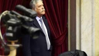 """-Con los barrios prometidos inconclusos, sobre el ex ministro de Planificación Federal y su mano derecha José López (preso por querer esconder US$ 9 millones), recae una nueva denuncia penal que impulsó la OA. En ella sospechan que los fondos que debían dirigirse a la construcción de viviendas -en el marco de los """"Planes Federales de Vivienda""""-, fueron """"desviados"""" a través de fundaciones intermediarias, a """"funcionarios del gobierno"""" de La Rioja y """"a candidatos a intendentes y diputados nacionales"""", indica el documento al que accedió Clarín."""