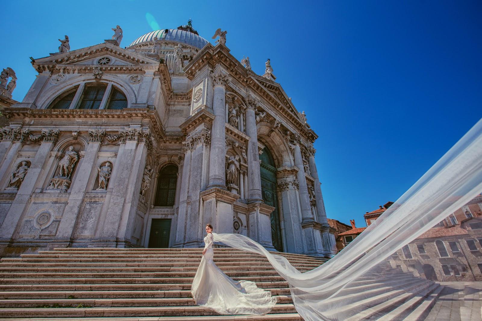 水上之都的威尼斯非常美,我們真心推海外婚紗推薦,在布拉格PRAGUE拍婚紗,我們會帶您到私密拍攝景點,威尼斯婚紗必拍景點,威尼斯婚紗,義大利婚紗,台北租禮服推薦,我們還去拍了共多拉船,聖母院,嘆息橋,總督宮清晨,麥桿橋,聖馬可廣場,彩虹島 義大利自助旅行