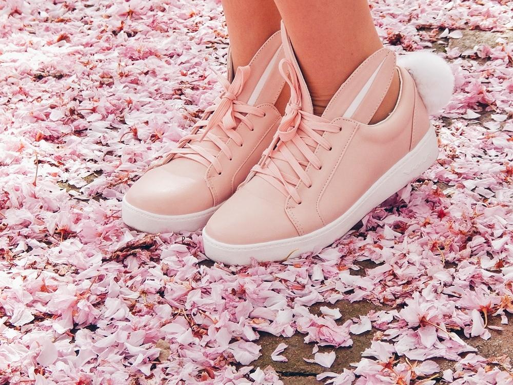 17 melodylaniella gamiss manzana różowe sneakersy króliczki granatowa sukienka skórzana ramoneska pikowana listonoszka szara manzana praga photoshoot sesja zdjęciowa fashion style modnapolka lookbook ootd girls
