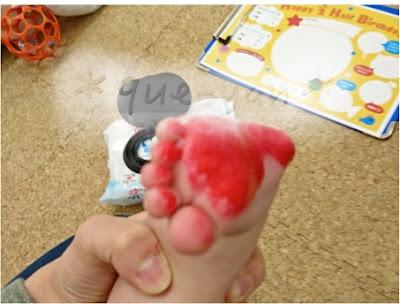 ハーフバースデーの足形。足にインクをつけて…